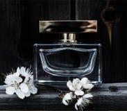 Parfüm mit Frühlingsblumen Stockfoto