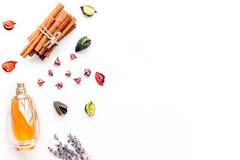 Parfüm mit hellem fruchtigem, Blumen-, würzigem Duft Bestandteile für Parfüm Flasche Parfüm nahe trockenen Blumen stockbilder