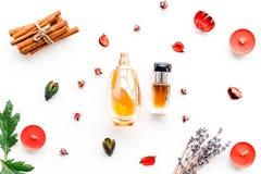 Parfüm mit hellem fruchtigem, Blumen-, würzigem Duft Bestandteile für Parfüm Flasche Parfüm nahe trockenen Blumen stockbild