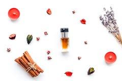 Parfüm mit hellem fruchtigem, Blumen-, würzigem Duft Bestandteile für Parfüm Flasche Parfüm nahe trockenen Blumen stockfoto