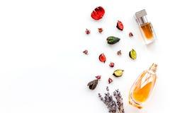 Parfüm mit hellem fruchtigem, Blumen-, würzigem Duft Bestandteile für Parfüm Flasche Parfüm nahe trockenen Blumen lizenzfreie stockbilder