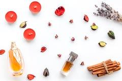 Parfüm mit hellem fruchtigem, Blumen-, würzigem Duft Bestandteile für Parfüm Flasche Parfüm nahe trockenen Blumen stockfotos