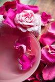 Parfüm mit Rosenblättern lizenzfreie stockbilder