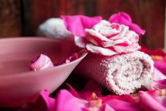 Parfüm mit Rosenblättern lizenzfreies stockbild