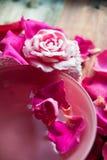 Parfüm mit Rosenblättern lizenzfreie stockfotos