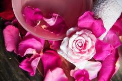 Parfüm mit Rosenblättern stockfotos