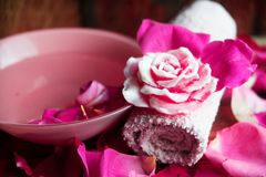 Parfüm mit Rosenblättern lizenzfreie stockfotografie