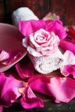 Parfüm mit Rosenblättern stockbilder