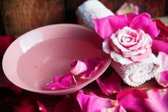 Parfüm mit Rosenblättern stockfotografie