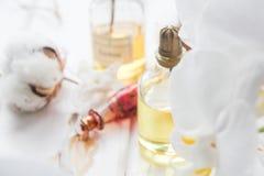 Parfüm- und Blumenbaumwolle und weiße Orchidee auf weißem Holztisch Stockfotografie