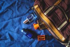 Parfüm und Parfümflaschen und Taschen lizenzfreie stockbilder