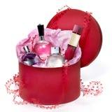 Parfümeriegeschenk eingestellt in einen roten Kasten Lizenzfreie Stockfotos