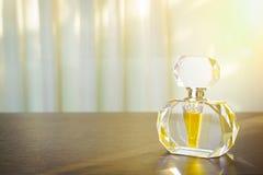 Parfümflasche des geschliffenen Glases auf Holztisch Stockfotografie
