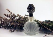 Parfümflasche mit Lavendel Lizenzfreie Stockfotos