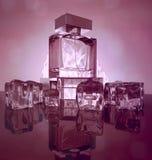 Parfümflaschen auf dunklem purpurrotem Hintergrund mit Reflexion Stockfotos