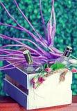Parfümflaschen in einem Geschenksatz stockfotos