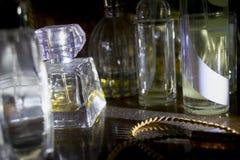 Parfümflaschen erhellt vom seitlichen Licht lizenzfreies stockfoto
