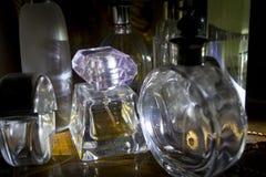 Parfümflaschen erhellt vom seitlichen Licht stockbilder