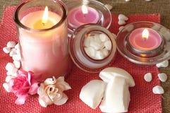 Parfümierte Kerzen, Seife und andere Badekurort- und entspannendeprodukte lizenzfreie stockfotos