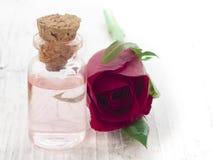 Parfümiertes Rosenwasser stockbild