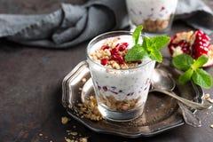 Parfait à pudding de Chia avec la grenade, la granola et le yaourt grec léger photo stock