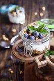 Parfait голубики с греческим Granola йогурта на стойке торта стоковое фото