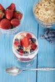 Parfait ягоды взгляд сверху смешанный с ложкой Стоковое Фото