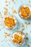 Parfait della banana, Granola e dessert caramellati del yogurt fotografia stock libera da diritti
