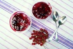 Parfait deser z jagodami, dojnym souffle i jello warstwami, Funda w szkle Fotografia Royalty Free