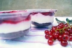Parfait deser z jagodami, dojnym souffle i jello warstwami, Funda w szkle Zdjęcia Stock