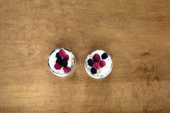 Parfait do iogurte em uma tabela de madeira fotografia de stock royalty free