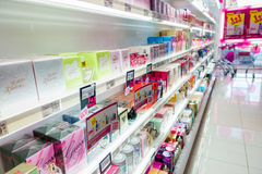 Parfüme und Kosmetik auf den Regalen am Drugstore Lizenzfreie Stockbilder