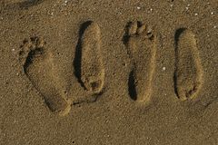 Parfotspår på sanden Arkivfoto