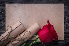 Parfumé rouge de rouleaux de papier de vintage s'est levé sur en bois Photographie stock libre de droits