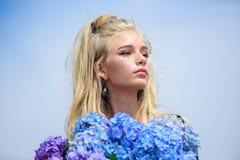 Parfum d'offre de fleurs Bouquet tendre de fleurs d'hortensia de prise de mannequin de fille Style de maquillage et de mode Mode photo stock