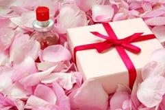 Parfum dans des pétales roses photos stock
