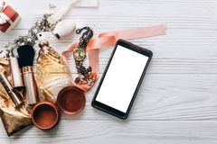 Parfum de bijoux et montre et maquillage de luxe et téléphone intelligent sur W photographie stock libre de droits