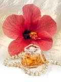 Parfum de cadeau de Madame, collier de perle et ketmie Photo stock