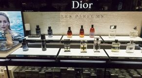 Parfum de luxe français de marque de DIOR dans le rayon de magasin hors taxe, taille de bannière images stock