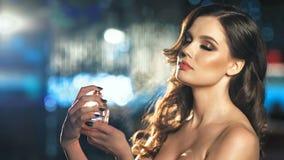 Parfum de pulvérisation de belle femme de mode sur son cou banque de vidéos