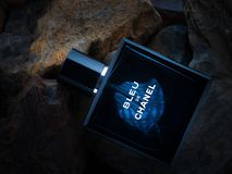 Parfum del perfume de Bleu De Chanel en el fondo de piedra fotografía de archivo libre de regalías