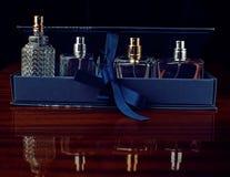 Parfum in een gift op zwarte achtergrond wordt geplaatst die royalty-vrije stock foto's