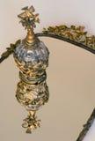 Parfum en cristal d'or sur le miroir de vanité photos stock