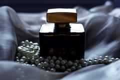 Parfum en parels stock foto