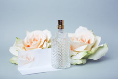 Parfum et carte d'amour Photo libre de droits