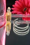 Parfum et earings Photographie stock libre de droits
