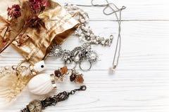 Parfum et montre chers de luxe de bijoux sur le woode rustique blanc Photo stock