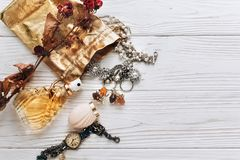 Parfum et montre de luxe de bijoux sur le fond blanc avec l'espace Images stock