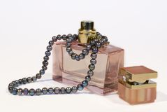 Parfum et perles Image stock