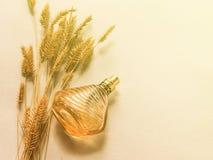 Parfum femelle dans une bouteille en verre sur un fond jaune, un cadeau pour une fille Photos stock